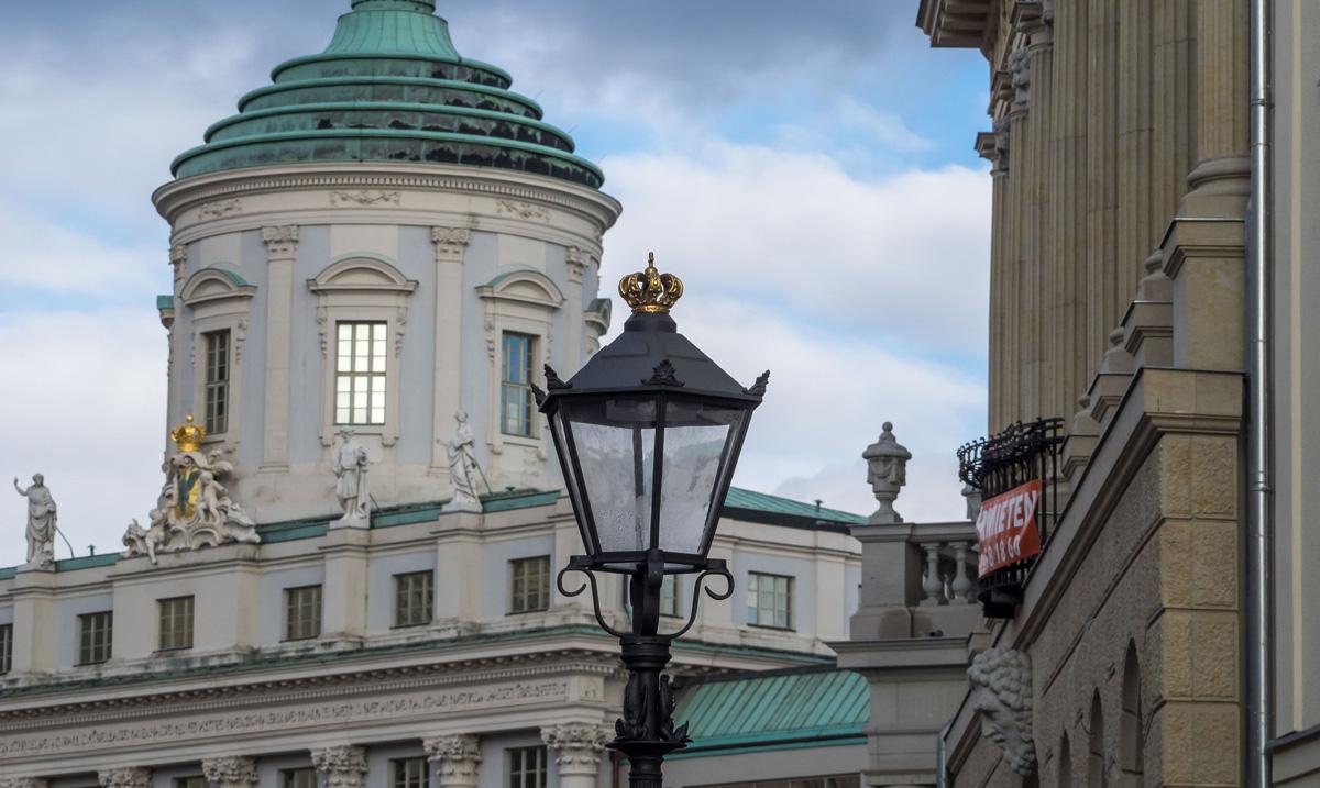 Laterne und Altes Rathaus tragen das königliche Hoheitszeichen. Foto: Specht
