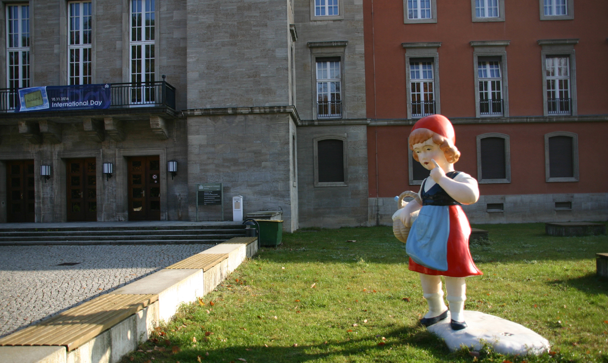 Rotkäppchen - Bronzeplastik auf dem Campus Gribnitzsee. Foto: Bolko Bouché